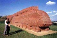 Кирпичный памятник паровозу